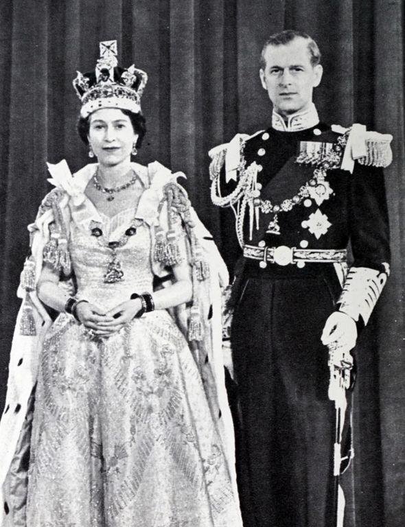 queen elizabeth ii coronation photo crown