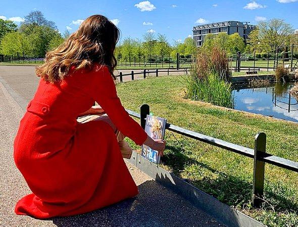 Kate leaves a copy near Victoria's statue during a hospital visit(Image: @KensingtonRoyal)