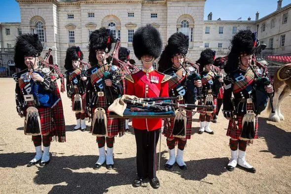 Queen's bag pipes